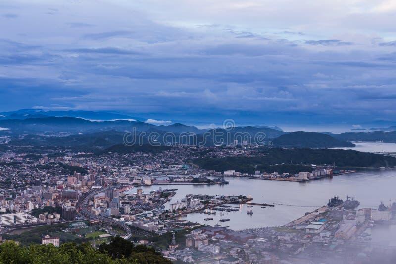 A skyline da cidade de Sasebo na noite da montagem Yumihari negligencia Nagasa fotografia de stock royalty free