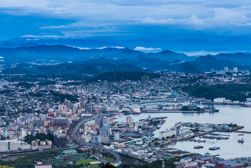 A skyline da cidade de Sasebo na noite da montagem Yumihari negligencia Nagasa fotos de stock