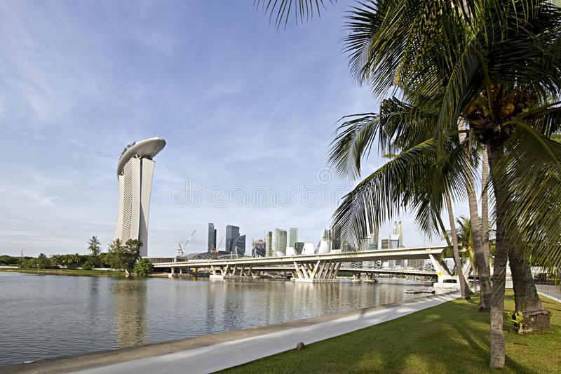 Skyline da cidade de Singapore do parque pelo rio imagem de stock royalty free