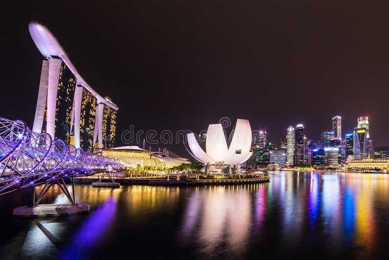 Skyline da cidade de Singapore na noite Ponte da hélice, hotel de Marina Bay Sands e distrito financeiro fotografia de stock royalty free