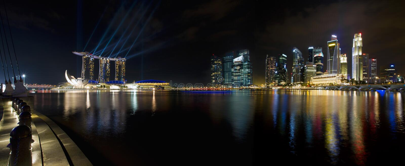 Skyline da cidade de Singapore no panorama da noite foto de stock royalty free