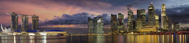 Skyline da cidade de Singapore no panorama do por do sol imagem de stock royalty free
