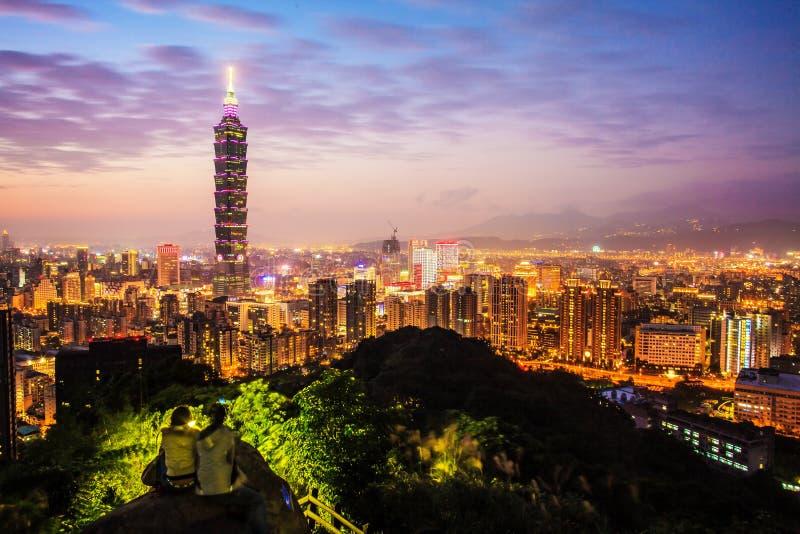 Skyline da cidade de Taipei no por do sol com o Taipei famoso 101 fotos de stock royalty free
