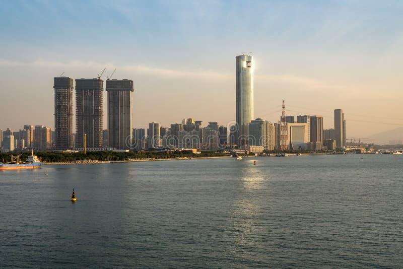Skyline da cidade de Xiamen do porto de aproximação do mar foto de stock royalty free