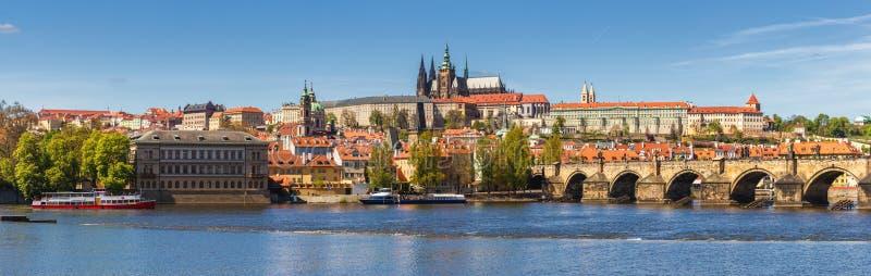 Skyline da cidade do panorama de Praga com cidade velha, castelo de Praga, Charl imagem de stock royalty free