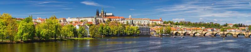 Skyline da cidade do panorama de Praga com cidade velha, castelo de Praga, Charl imagens de stock royalty free