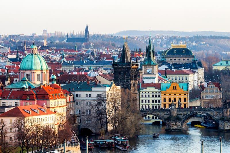 Skyline da cidade do panorama de Praga e Charles Bridge, Praga, R checo imagens de stock royalty free