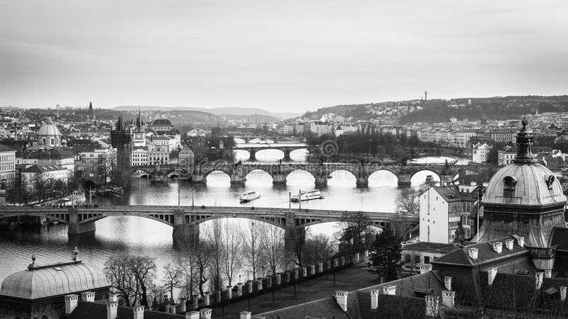 Skyline da cidade do panorama de Praga em preto e branco e em Charles Brid fotos de stock royalty free