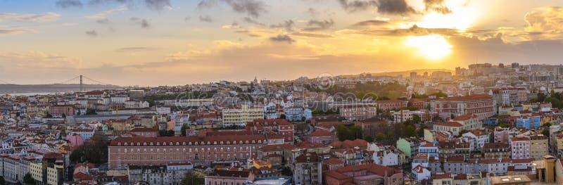 Skyline da cidade do panorama do por do sol de Lisboa Portugal fotografia de stock royalty free