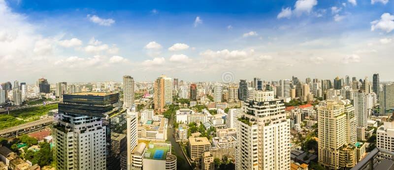 Skyline da cidade grande completamente dos arranha-céus no distrito financeiro fotografia de stock royalty free