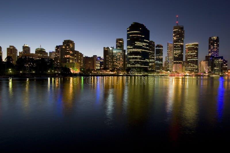 Skyline da cidade no crepúsculo pelo rio fotografia de stock royalty free