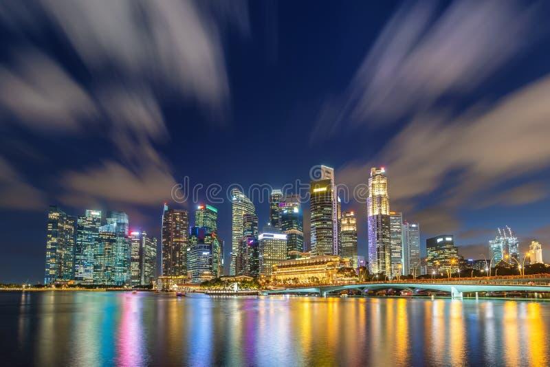 Skyline da cidade da noite de Singapura em Marina Bay imagem de stock