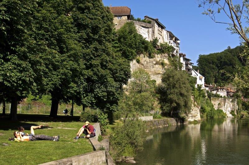 Skyline da cidade suíça Fribourg e dos sunbathers foto de stock royalty free