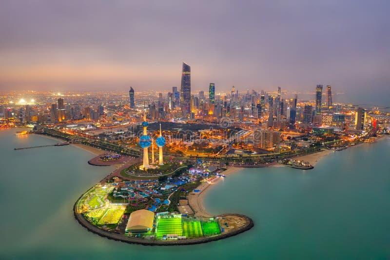 Skyline da cidade da torre de Kuwait que incandesce na noite, hdr recolhido recolhido de Kuwait em dezembro de 2018 imagens de stock royalty free
