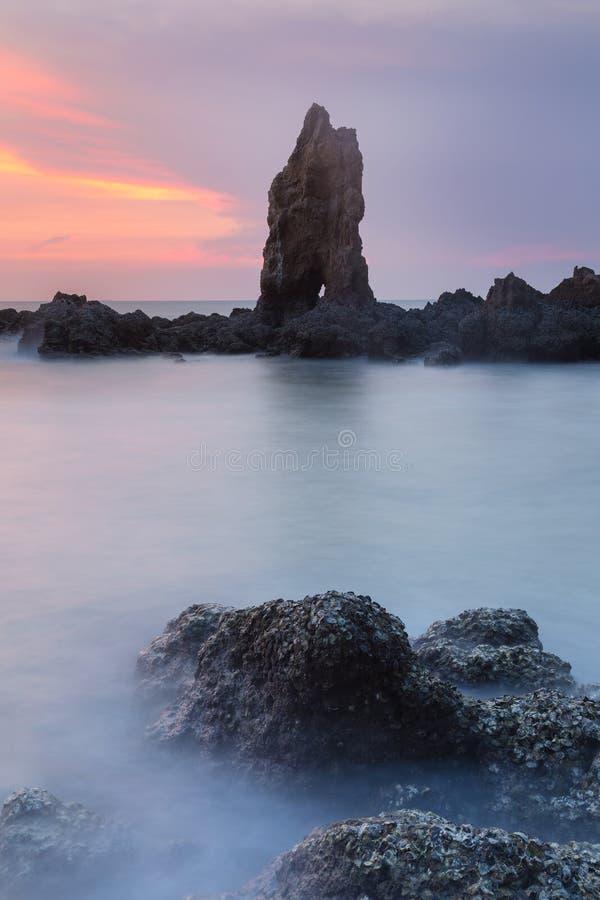 Skyline da ilha rochosa com por do sol bonito do céu imagem de stock