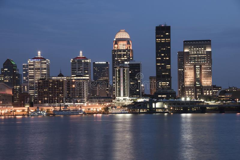 Skyline da margem de Louisville Kentucky no crepúsculo imagem de stock