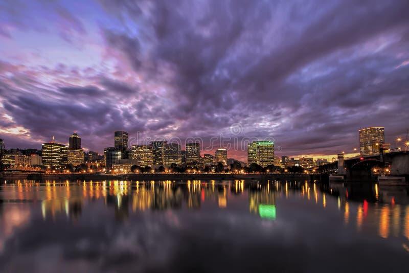 Skyline da margem de Portland Oregon após o por do sol imagem de stock royalty free