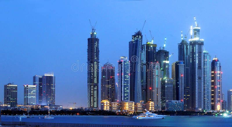 Skyline da noite da cidade de Dubai fotos de stock royalty free