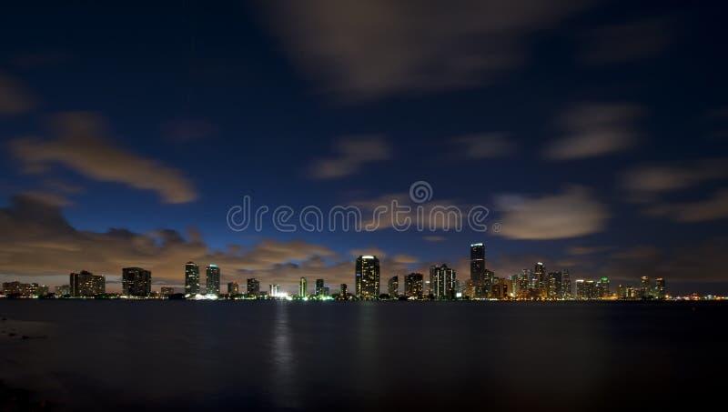 Skyline da noite da cidade de Miami fotografia de stock royalty free