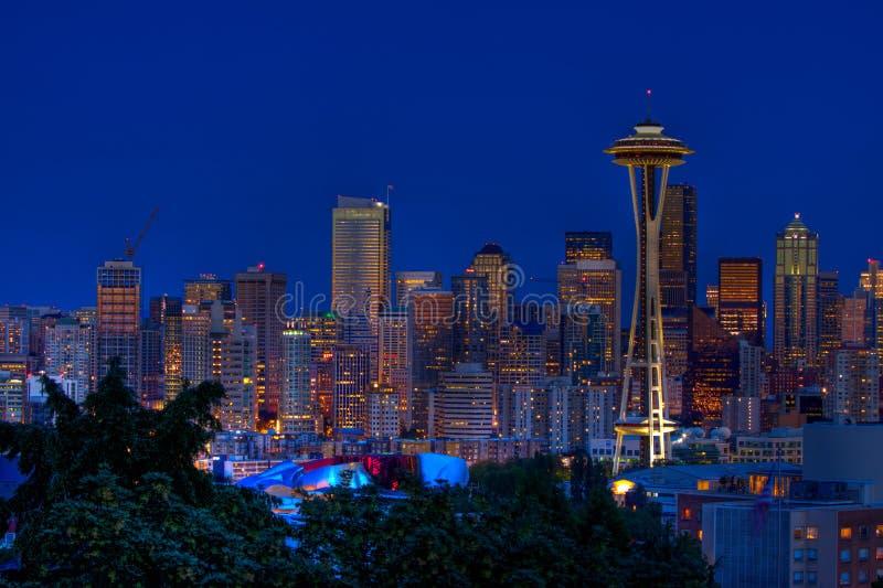 Skyline da noite da cidade de Seattle foto de stock