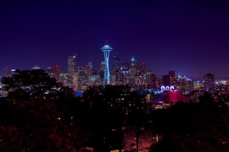 Skyline da noite da cidade de Seattle imagem de stock
