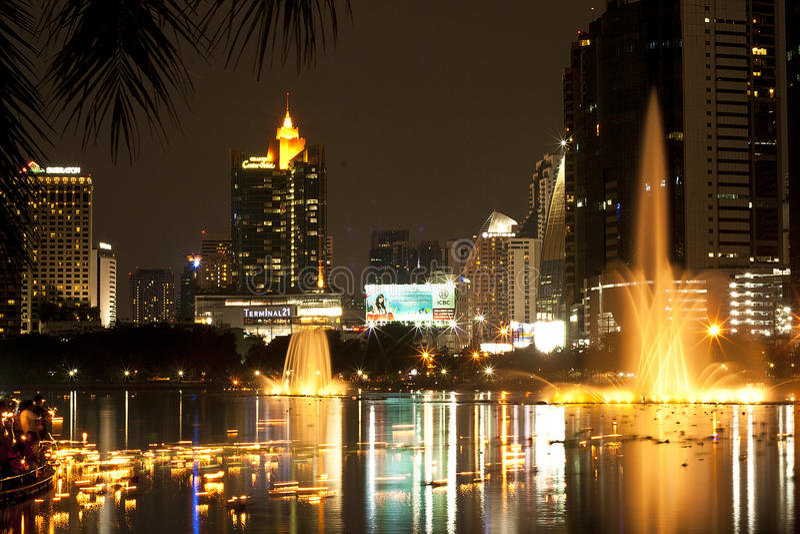 Skyline da noite de Banguecoque foto de stock royalty free