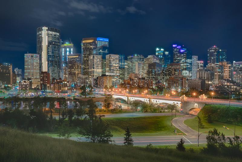 Skyline da noite de Calgary fotografia de stock