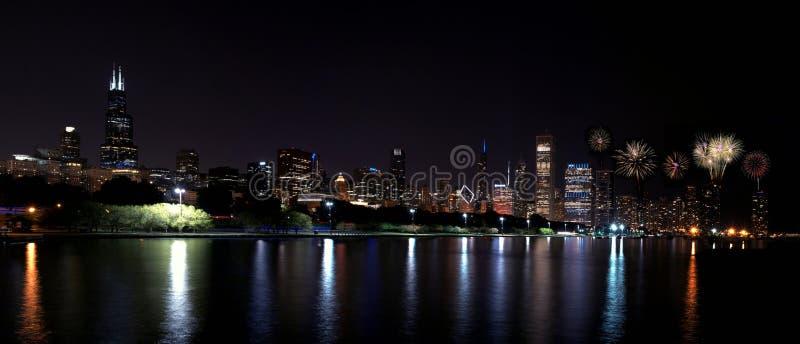 Skyline da noite de Chicago com fogos-de-artifício, EUA foto de stock royalty free