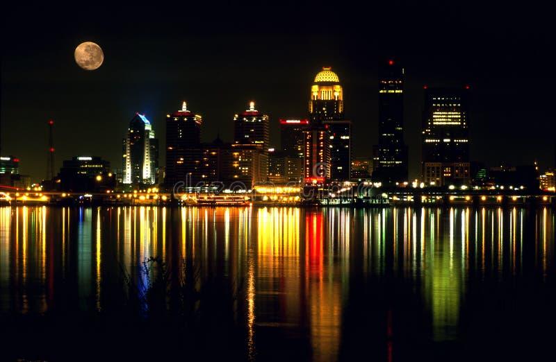 Skyline da noite de Louisville KY. imagem de stock royalty free