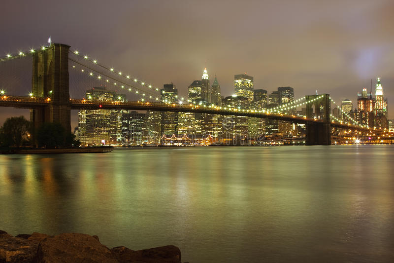 Skyline da noite de New York fotografia de stock royalty free