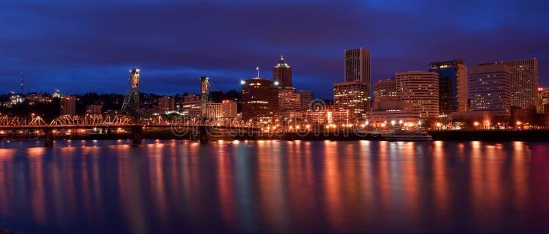 Skyline da noite de Portland Oregon fotos de stock