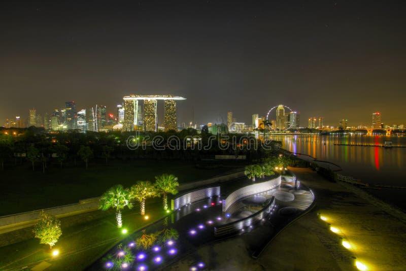 Skyline da noite de Singapore da barragem do porto fotografia de stock