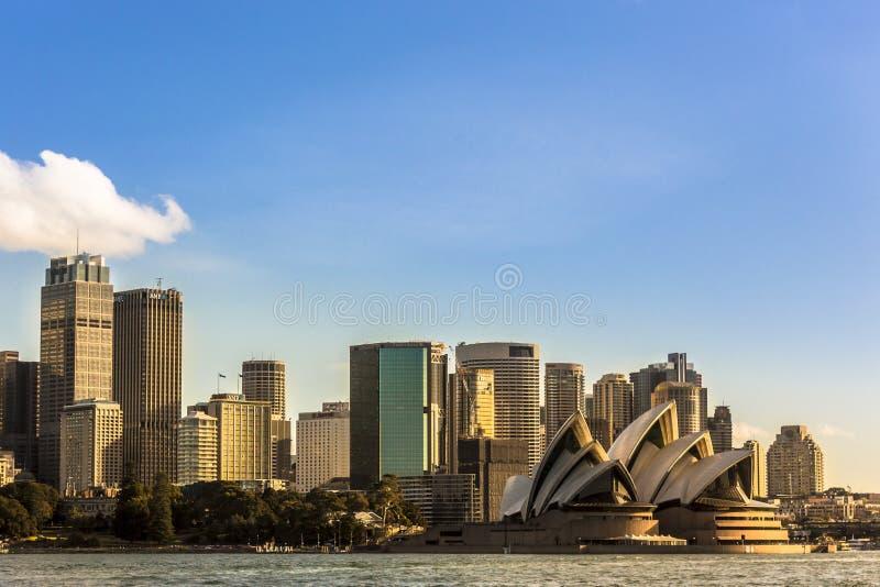 Skyline da noite de Sydney com luz morna em construções imagem de stock