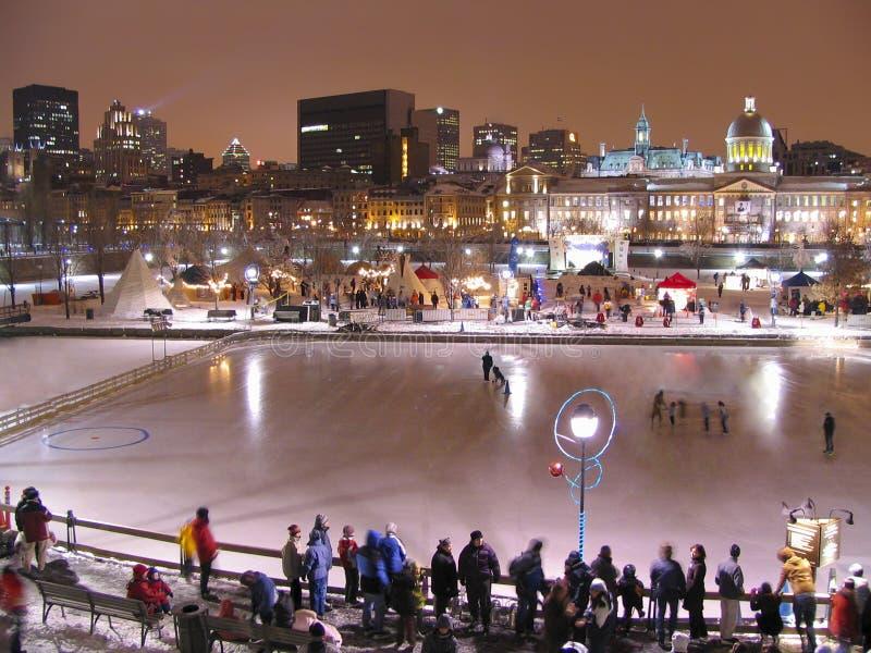 Skyline da pista e do Montreal de patinagem de Bonsecours na noite foto de stock royalty free