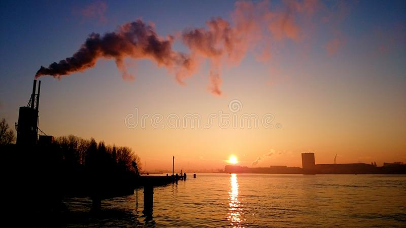 Skyline da poluição da faculdade de Amsterdão com fumo fotos de stock