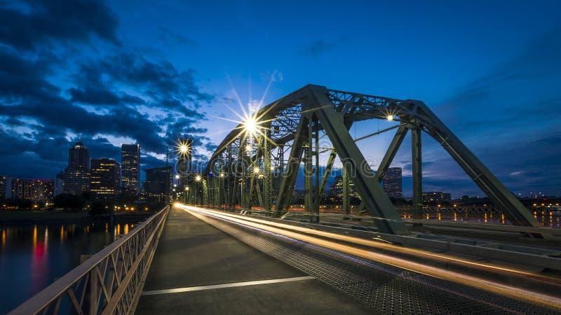 Skyline da ponte e da cidade de Portland, EUA imagem de stock