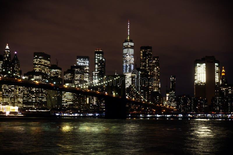 Skyline da ponte e do Manhattan de Brooklyn na noite imagens de stock royalty free