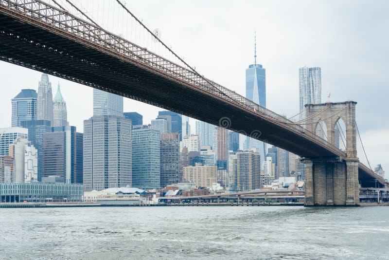 A skyline da ponte e do Manhattan de Brooklyn, vista de DUMBO, Brooklyn, New York City imagens de stock royalty free