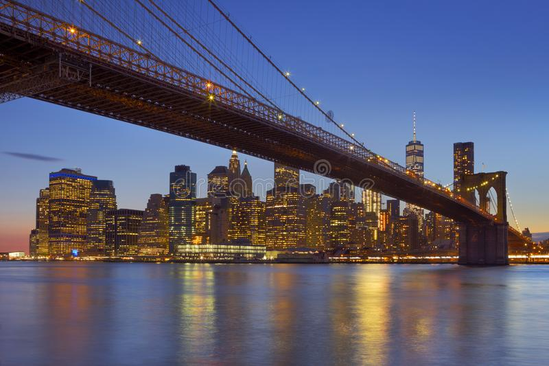 Skyline da ponte e do New York City de Brooklyn no crepúsculo imagens de stock royalty free