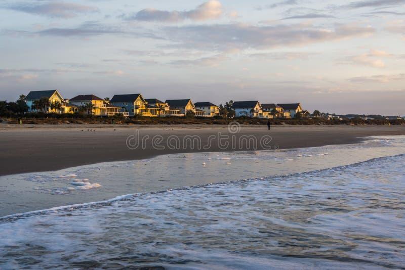 A skyline da praia dirige na ilha das palmas, em Charleston South Car fotos de stock royalty free
