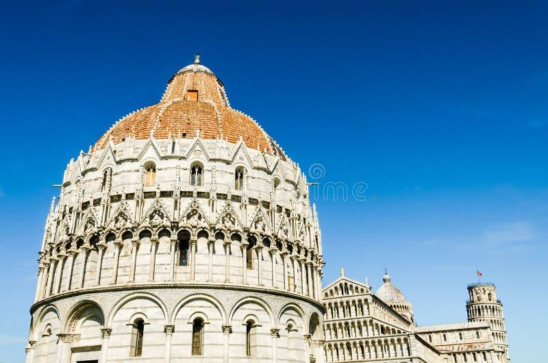 Skyline da torre inclinada, da catedral e do baptistery de Pisa fotos de stock