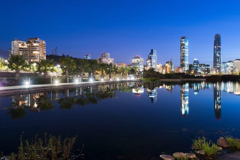 Skyline das construções no distrito de Providencia de Parque Bicentenario em Santiago de Chile foto de stock