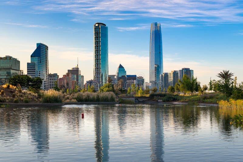 Skyline das constru??es no distrito de Las Condes, Santiago fotografia de stock
