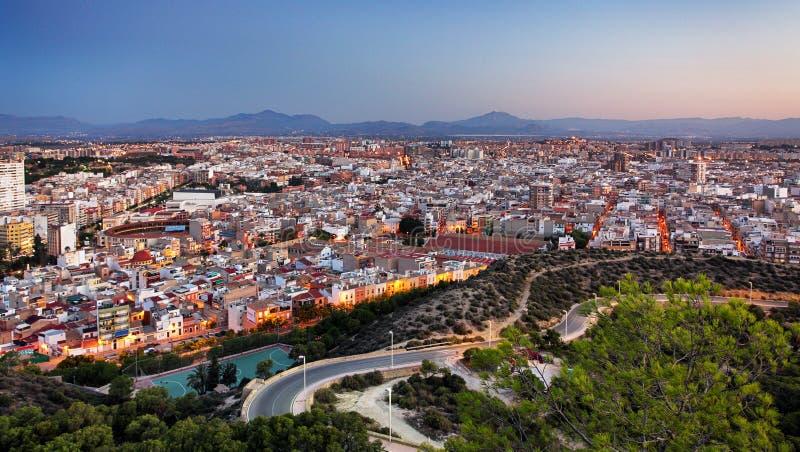 Skyline de Alicante na noite na Espanha imagens de stock royalty free