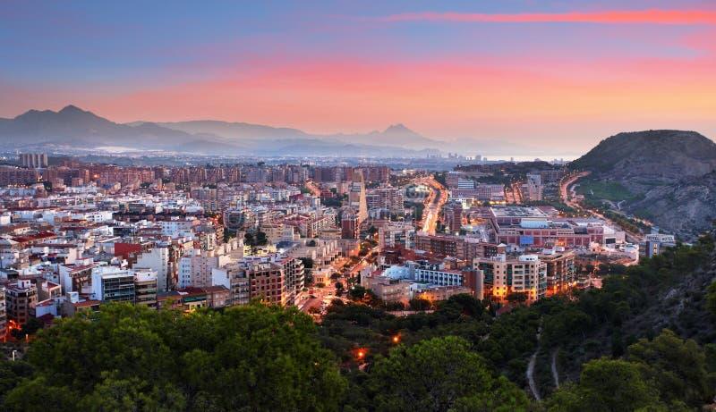 Skyline de Alicante na noite na Espanha fotografia de stock