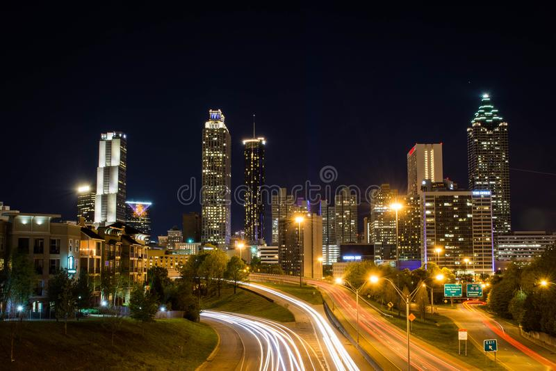 A skyline de Atlanta de Jackson Street Bridge, Atlanta, Geórgia, EUA imagens de stock royalty free
