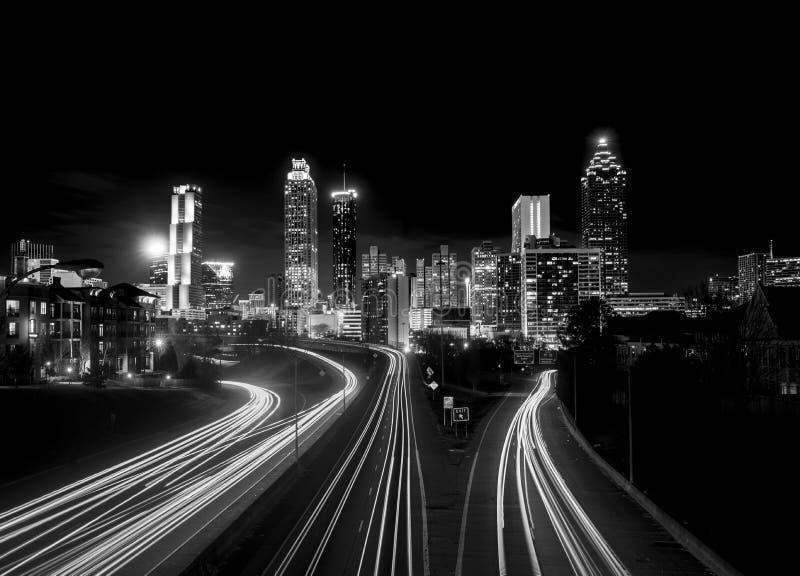 Skyline de Atlanta na noite, contraste alto imagens de stock royalty free