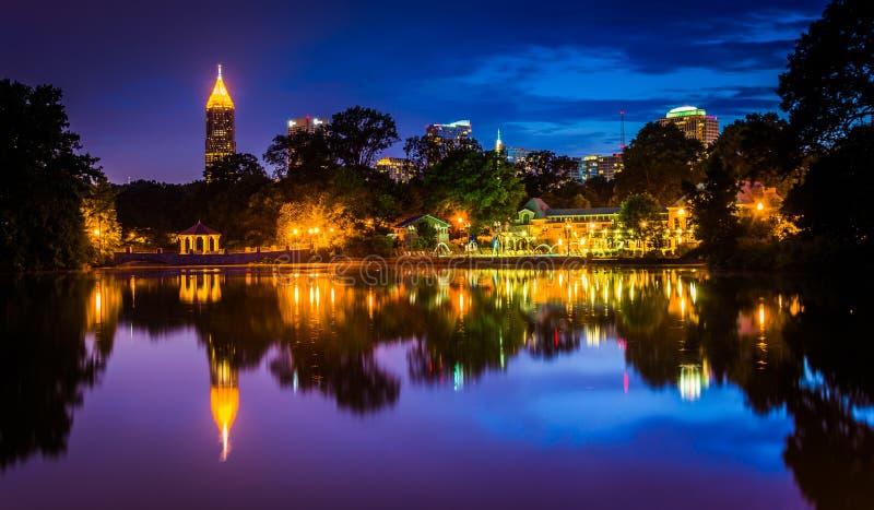 A skyline de Atlanta que reflete no lago Clara Meer no Pa de Piedmont foto de stock royalty free