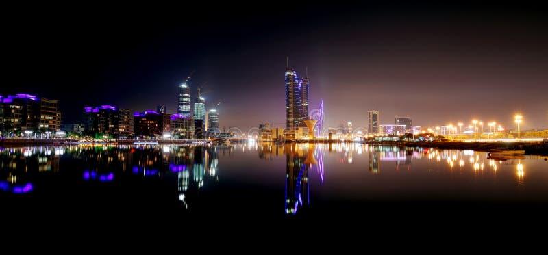 Skyline de Barém com construção do porto de Finacial na noite imagem de stock royalty free