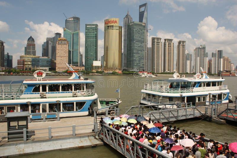 Skyline de barcos de Shanghai e de turista imagem de stock